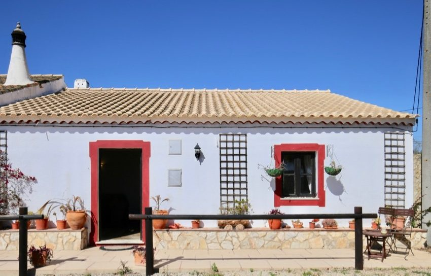 four bedroom country villa with attached 3 bedroom guesthouse ,Pool,land,silves